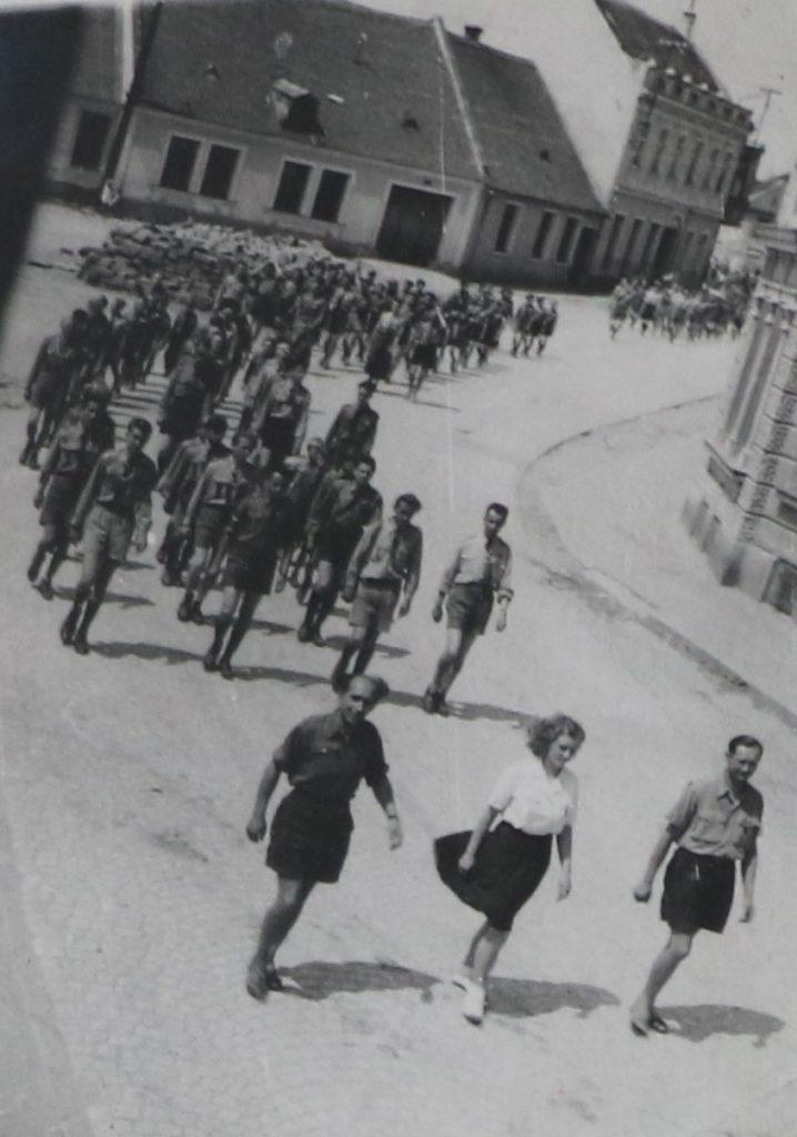 Slavnostní průvod skautů na Svojsíkově závodě (Jaroměřice nad Rokytnou 1947)